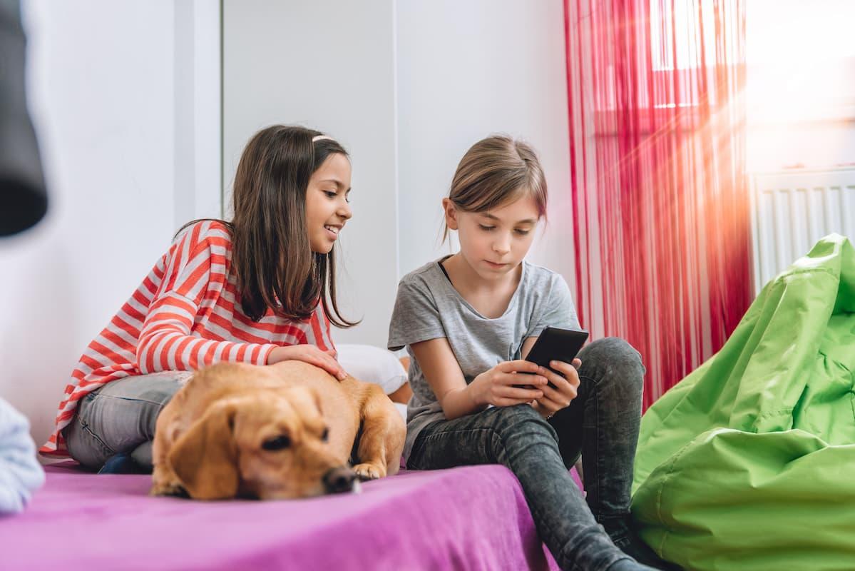 garotas jogando no celular